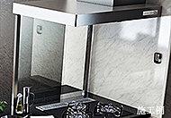 コンロ前には油ハネ防止のガラスディバイダーを設置。圧迫感を感じさせないガラス製で、お手入れも簡単にできます。