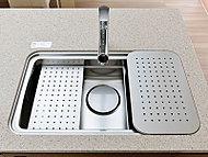 まな板や水切りなどの専用プレートを設置可能なEシンクを採用。様々な調理をより快適に、作業スペースをより広くお使いいただけます。