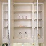 三面鏡裏には洗面小物などを豊富に収納していただける収納スペースを確保しています。