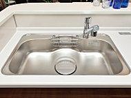 水はね音や食器類のあたる音を大幅に軽減する静音シンクを採用。カウンター越しの会話もはずみます。