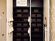 トールタイプのシューズボックス。ご家族の靴もスッキリ収まります。(Fタイプを除く)