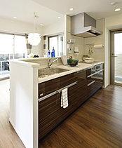 キッチンは配膳や後片付けにも便利でリビング・ダイニングとの一体感にも配慮した対面カウンター式。ご家族の談笑と共に、機能的なクッキングタイムを演出します。