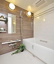 心と体に潤いを取り戻すバスルームには、ゆったりと全身を包み込む浴槽をご用意。浴室暖房乾燥機など先進の設備・仕様が心地よいバスタイムを演出します。