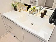 洗面化粧台は清潔感ただようボウル一体型の人造大理石トップ。お掃除もしやすく、いつまでも清潔です。