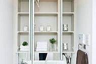 大型ミラーの裏に収納スペースをご用意。化粧品など小物類の収納に便利で、スッキリ使えます。