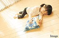 リビング・ダイニングには、TES温水式床暖房を採用。温水を利用して足元から心地よく室内を温める暖房システムです。