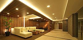 あるときは一人で静かに、またあるときは来客との歓談の場として利用することができる。やさしい間接照明とウッドの柔らかな雰囲気が愉しめる、リラックスできるスペースです。