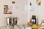 シンク内には、水切りプレート・調理プレートが設置されており、用途に合わせて使用できる機能的なスペースを実現。