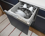 美しくスリムなデザインながら、約5人分(約37点)※の食器をしっかり洗浄・乾燥。ラクな姿勢で食器を出し入れできるスライドタイプです[選択制]
