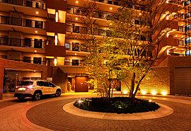 敷地西側は「出口ふれあい公園」に隣接(約190m 徒歩3分)。スーパーも小学校も近い閑静な住宅街。週末には淀川の河川敷や「ひらパー」にも気軽に出かけられる環境。※市立伊加賀小学校(約450m 徒歩6分)