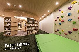 0才から100才まで集い学べる共用空間をご用意しました。学びあい、教えあう世代を超えたみんなの図書館。センターに円形のテーブルを置いて、その周りに本棚を配しました。