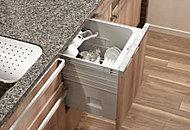 ワンアクションで引き出すことが可能なフラットドアタイプ。ワイドな引き出しで、お手入れも簡単なフラットな洗浄槽を採用しています。