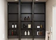 使い勝手の良い三面鏡を採用。背面にはお化粧品などの収納に便利な収納スペースを設けました。