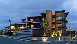 存在感を放つ低層の美匠邸宅。桜並木から中に入った穏やかな住宅街に相応しい低層のレジデンススタイル。水平ラインと垂直ラインを強調するエッジを効かせた存在感溢れる外観意匠は、住まわれる方の誇りとなる美しさを目指しています。