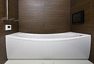 まるでゆりかごに包まれるような新感覚の入浴感が特徴のクレイドル浴槽。ヘッドレストを高くまたぎを低く設計しています。
