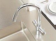 キッチンにはワンタッチで浄水と原水の切り替えが可能な浄水器切替式混合水栓を採用。