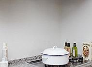 システムキッチン壁面には、汚れをサッと拭き取れてキズや熱にも強いホーローパネルを採用しています。