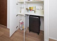 廊下とリビング・ダイニング、キッチンの物入は、収納スペースの内側と外側の段差を解消したフラット仕様。(一部タイプを除く)