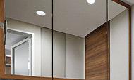 三面鏡には、上質感を醸し出す木目調の框付。インテリア性の高い、ホテルのような洗練された空間を演出します。また、鏡面部分を直接触れることなく開閉できるので、指紋等が付きにくく、清潔感も保ちます。
