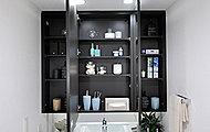 見やすい三面鏡の裏には、収納スペースをたっぷりご用意。洗面小物や化粧品などを整理しながら収納いただけます。