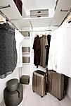 ひと目で収納物を確認できるウォークインクロゼット。その日のコーディネートを考えながらの洋服選びに便利。季節の衣類や小物も機能的に収納できます。※一部住戸除く。※プランによって形状が異なります。