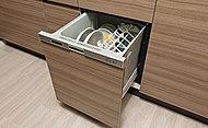 引き出し式で食器の出し入れがしやすい食器洗い乾燥機をキッチンに標準装備しています。食後の片付けをサポートします。※E-Pタイプ除く。