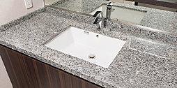 カウンター面より下に洗面ボウルをセットするスタイルを採用しています。洗練されたデザインの造形美を際立たせて、空間に品格を添えます。