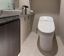 タンク式でありながらも便器寸法は、高さも奥行きもぐっとコンパクトなローシルエットデザインで、トイレ内にゆとりの空間を生みます。タンク式トイレなので、一般のタンク式と同じ水圧条件で設置が可能です。