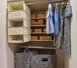 ひと目で収納物を確認できるウォークインクロゼット。その日のコーディネートを考えながらの洋服選びに便利。季節の衣類や小物も機能的に収納できます。※一部住戸のみ。