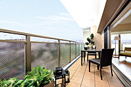 1.8mの奥行きを確保した開放的なバルコニー。手摺をガラス(不透明)にすることで天空光を室内に取り込みます。