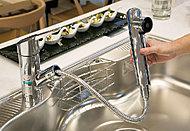 ヘッド部分に浄水カートリッジを内蔵したシャワー水栓を採用。ホースを引き出しシンクの隅々まで洗い流すことができます。殺菌セラミック・自動クリーニング機能など浄水器を清潔に保つ機能を搭載しています。