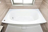 浴槽は柔らかなアーチを描く、置き浴槽感覚のデザインでアーチ部分がやさしく体を支えます。