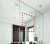 中央の鏡はくもり止めヒーター付き。お湯を使用し、熱と湿気に包まれた時でも、スイッチを入れればスッキリくもりが取れます。