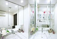 洗面化粧台には三面鏡になるキャビネットを設けました。コスメティックアイテムなどをすっきりと収納できるスペースになっています。