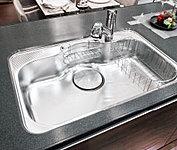 大きめの鍋もラクに洗える大型シンク。食器や水ハネの音を抑える制振シンクになっています。
