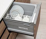 食器を洗浄・乾燥して家事をサポート。効率よく、たくさんの食器を洗いあげるうえに節水効果にも優れています。