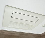 冬場の予備暖房としてはもちろん、雨の日の洗濯物乾燥にも最適な浴室暖房乾燥機を設置。湿気やカビの発生も抑えます。