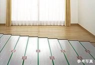 埃を巻き上げる風が発生せず、体に優しい輻射熱で部屋全体を暖房。便利なタイマー機能付です。