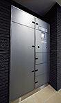 留守中に届いた荷物を保管する宅配ボックスを設置(各住戸のインターホンに着荷表示)。再配達の手間が省け便利です。