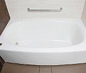 身体が浴槽に流れ込むような弓型のデザイン。楽な姿勢でバスタイムが満喫できます。