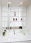 洗面化粧台の三面鏡裏には、スキンケアなどの洗面小物が整理できる収納棚を設置。中央鏡には、くもりシャットを採用しています。