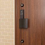玄関ドアには、複製の困難なディンプルキーで解錠するシリンダーを2ヶ所に設置し、より防犯性を高めています。