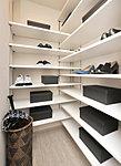 玄関の下足箱には、タイプにより収納力に優れるトールタイプの下足箱や、さらにたっぷり収納できるシューズクロークをご用意。(一部除く)