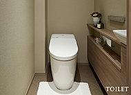 トイレは暖房便座付きのウォシュレット一体型便器を採用。壁面にスタイリッシュなスティックリモコンを設置し、タイマー節電等、省エネ機能も搭載。