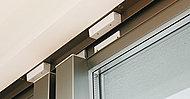 各住戸の玄関ドア、窓(ルーバー面格子付窓・FIX窓を除く)にはマグネット防犯センサーを設置。