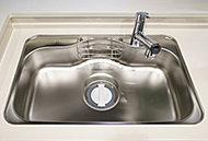 水はね音や食器類が当たる音を低減する静音仕様。食器類もゆとりで洗えるワイドサイズのシンクです。