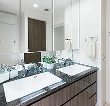 凛とした清潔感が漂う。計算されたデザイン性と機能性を併せ持ち、透き通るような清潔感を漂わせるサニタリースペース。