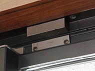 異常を感知した場合、住戸内のインターホンから警報音が鳴動し、管理員室及び警備会社へ自動通報されます。※FIX窓、面格子付窓など除く。