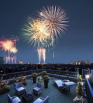 """花火大会をMYテラスから楽しむ。至福のオープンスペースを。最上階住戸には360度パノラマ眺望が愉しめるスカイテラスをご用意。「世田谷区たまがわ花火大会」の華麗な花火の競演を""""MYテラス""""で楽しむことができます。"""
