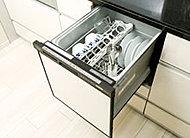 強い水流の洗浄でも低騒音を実現。手洗いよりも節水ができ、40点(約5人分)の食器を一度に洗えます。